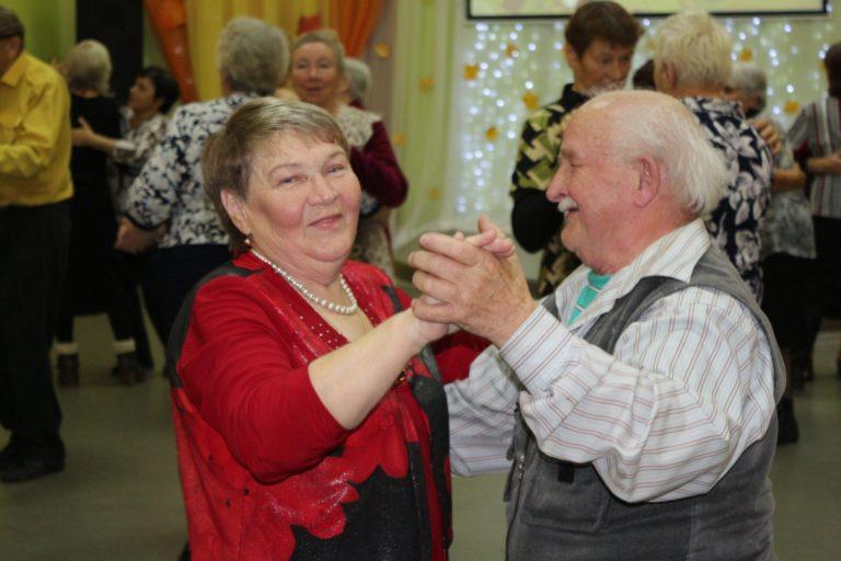 Праздничная программа к Дню пожилого человека «А в сердце молодость поёт»